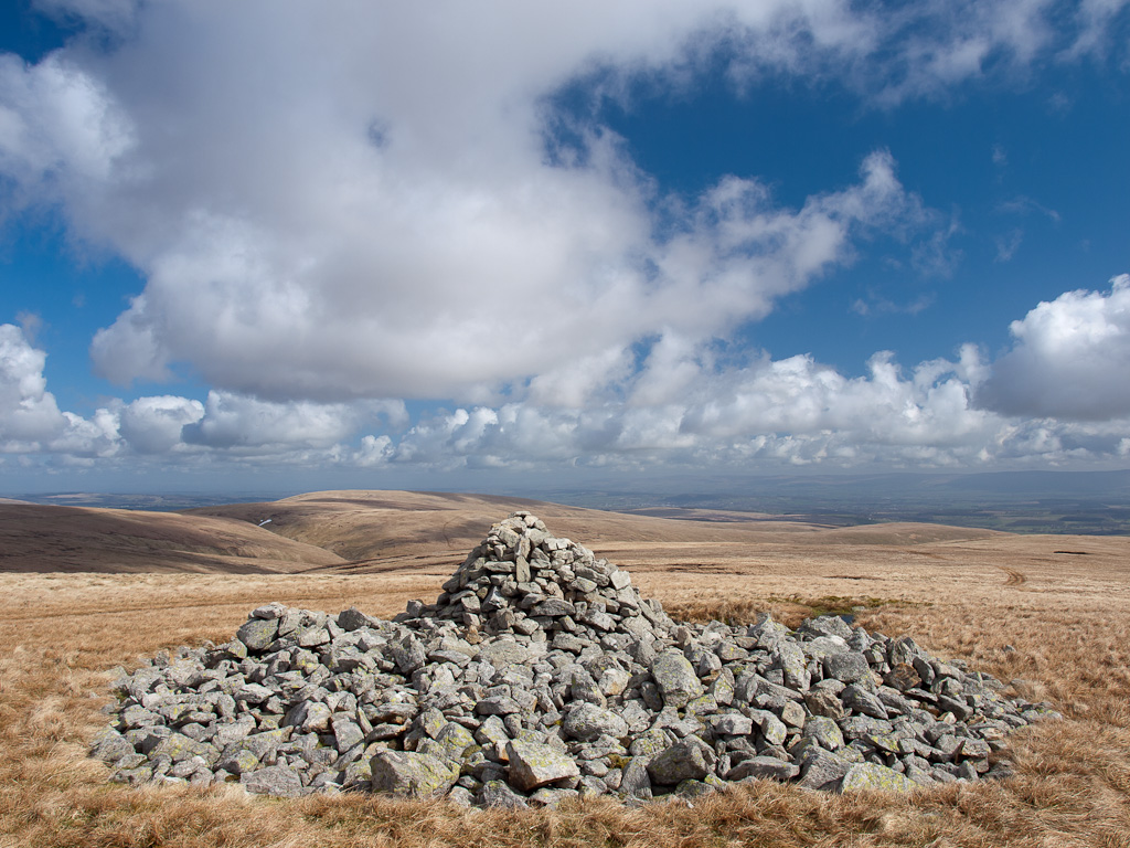 The tumulus and cairn on Low Raise